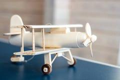 Modelo de madeira do avião do vintage Estilo retro Modelo do jogo imagens de stock royalty free