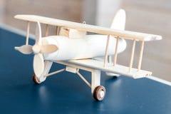 Modelo de madeira do avião do vintage Estilo retro Modelo do jogo Avião do foco imagem de stock royalty free