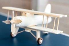 Modelo de madeira do avião do vintage Estilo retro Modelo do jogo Parafuso do foco fotografia de stock royalty free