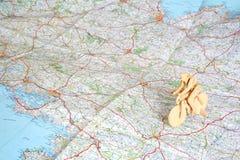 Modelo de madeira do bicyclist no mapa Fotos de Stock