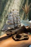 Modelo de madeira do brinquedo do navio da vela com shell Imagens de Stock