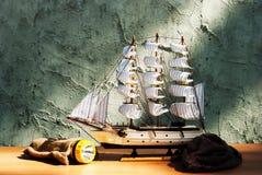 Modelo de madeira do brinquedo do navio da vela com tocha Imagens de Stock Royalty Free