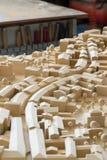 Modelo de madeira urbanístico com as ferramentas no fundo na parte traseira Foto de Stock Royalty Free