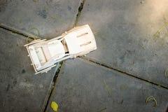 Modelo de madera del coche en piso del cemento Fotografía de archivo