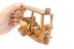Modelo de madera del taxi de Tuk Tuk Tres-ruedas en la foto aislada fotografía de archivo libre de regalías