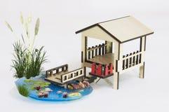 Modelo de madera de la pérgola y pequeño lago con el bridg de madera Fotografía de archivo libre de regalías