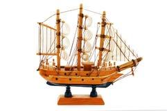 Modelo de madera miniatura del velero aislado en el fondo blanco Imagen de archivo
