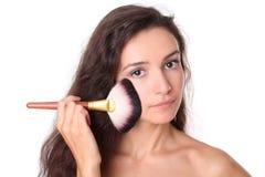 Modelo de manera con el cepillo del maquillaje Imagen de archivo