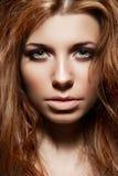 Modelo de manera con el pelo disheveled, maquillaje ahumado Fotografía de archivo