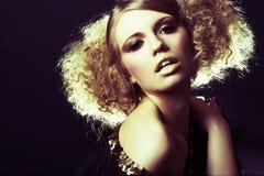 Modelo de manera con el pelo rizado en túnica negra Fotografía de archivo