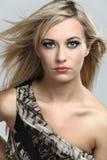 Modelo de manera con el pelo rubio largo. imagenes de archivo