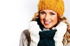 Modelo de manera con los accesorios del invierno Foto de archivo libre de regalías