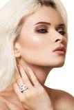 Modelo de manera con maquillaje de lujo y joyería elegante Fotografía de archivo libre de regalías
