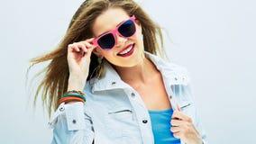 Modelo de manera en alineada de oro Retrato de las gafas de sol de la mujer Foto de archivo libre de regalías