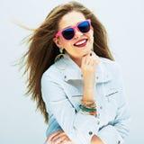 Modelo de manera en alineada de oro Retrato de las gafas de sol de la mujer Foto de archivo