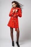Modelo de manera en capa roja. Foto de archivo