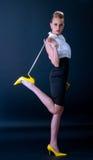 Modelo de manera en zapatos amarillos Imagenes de archivo