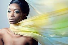 Modelo de manera hermoso con una bufanda de seda Fotografía de archivo