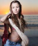 Modelo de manera hermoso que presenta en la playa. Imagen de archivo