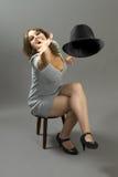 Modelo de manera hispánico que lanza un sombrero Fotos de archivo
