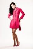 Modelo de manera joven atractivo en capa rosada Imágenes de archivo libres de regalías