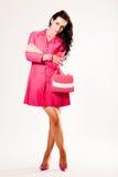 Modelo de manera joven atractivo en capa rosada Imagen de archivo