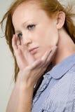 Modelo de manera joven con el pelo rojo Fotos de archivo libres de regalías