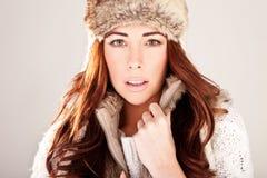 Modelo de manera magnífico del Redhead en piel del invierno Imagen de archivo