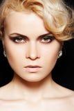 Modelo de manera. Maquillaje, pelo rubio, joyería brillante Fotos de archivo libres de regalías