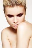 Modelo de manera misterioso con maquillaje de la cereza del vinilo Imagen de archivo libre de regalías