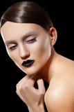 Modelo de manera. Pelo brillante, maquillaje, labios negros Fotos de archivo