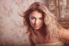 Modelo de manera romántico de lujo de la muchacha fotografía de archivo libre de regalías