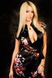 Modelo de manera rubio atractivo de la mujer en el traje de seda fotografía de archivo