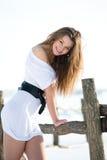 Modelo de manera sonriente en granja del invierno Fotos de archivo
