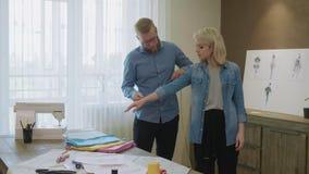 Modelo de medición del diseñador de moda de sexo masculino para caber el nuevo vestido almacen de metraje de vídeo