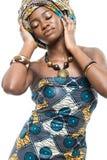Modelo de moda africano en el fondo blanco. Foto de archivo libre de regalías
