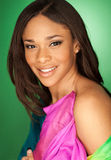 Modelo de moda afroamericano atractivo que lleva una bufanda Imagen de archivo libre de regalías