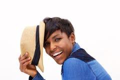 Modelo de moda afroamericano que sonríe con el sombrero Imagen de archivo libre de regalías