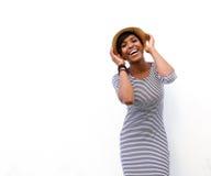 Modelo de moda afroamericano sonriente que presenta con el sombrero Fotos de archivo