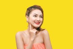 Modelo de moda asiático atractivo que presenta en ropa colorida viva Imagen de archivo