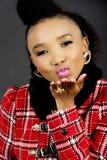 Modelo de moda bastante africano Blowing un beso fotos de archivo libres de regalías
