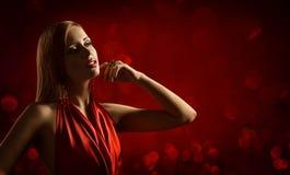 Modelo de moda Beauty Portrait, joyería de la mujer, muchacha en rojo Imagenes de archivo