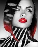 Modelo de moda blanco y negro del og de la foto del estudio con las rayas en BO Fotografía de archivo