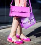 Modelo de moda con el embrague en vestido y zapatos rosados fotografía de archivo libre de regalías