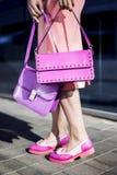 Modelo de moda con el embrague en vestido y zapatos rosados imágenes de archivo libres de regalías