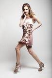 Modelo de moda con el pelo rizado Foto de archivo