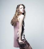 Modelo de moda con el pelo rizado Imágenes de archivo libres de regalías
