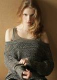 Modelo de moda con el pelo rizado Estilo del inconformista Imagen de archivo libre de regalías