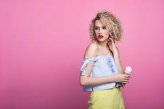 Modelo de moda con helado Foto de archivo libre de regalías
