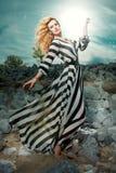 Modelo de moda con la presentación larga del pelo al aire libre. Fotos de archivo